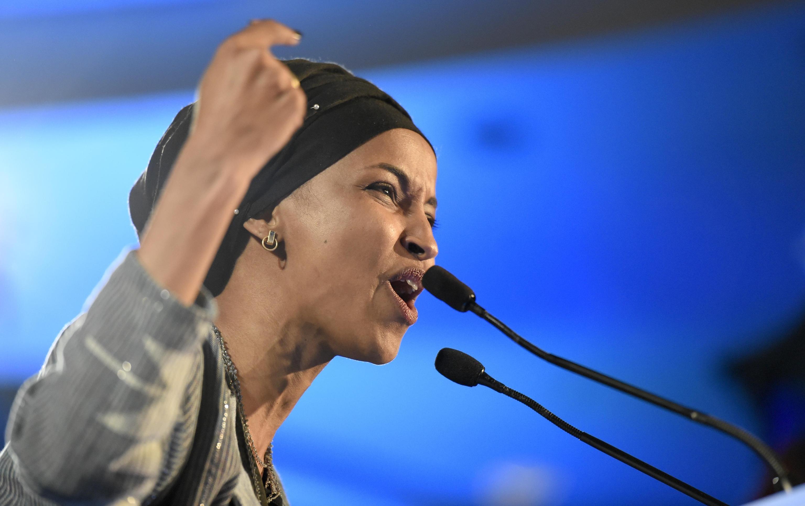 La trentaseienne Ihlam Omar, rifugiata somala, nel discorso dopo la vittoria: la nuova deputata democratica sarà la prima a indossare l'hijab al Campidoglio