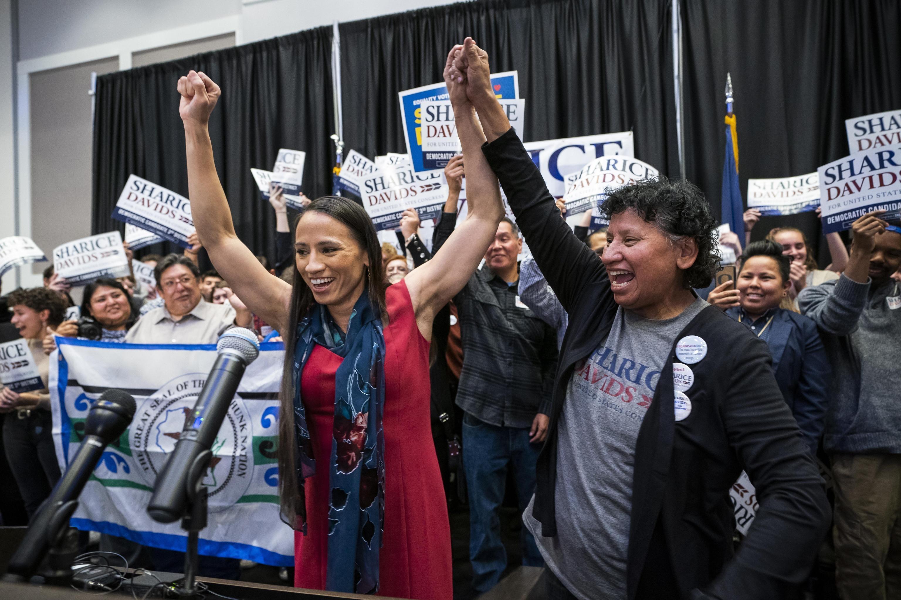 Deb Haaland e Sharice Davids (nella foto) sono le prime native americane a vincere un seggio alle elezioni: anche loro fanno parte delle tantissime donne candidate dal Partito democratico