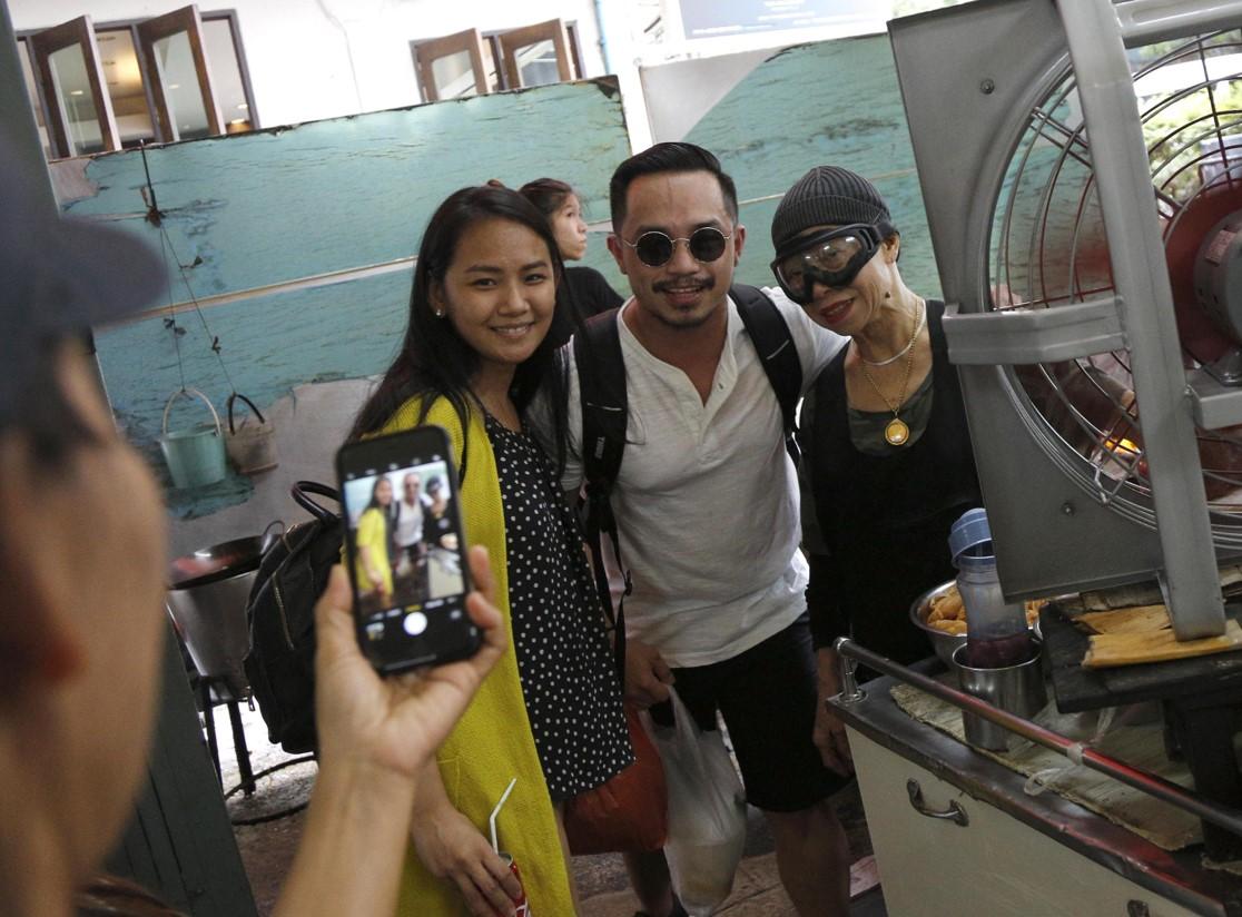 Alcuni clienti si fanno fotografare con Supinya Chansuta dentro il ristorante