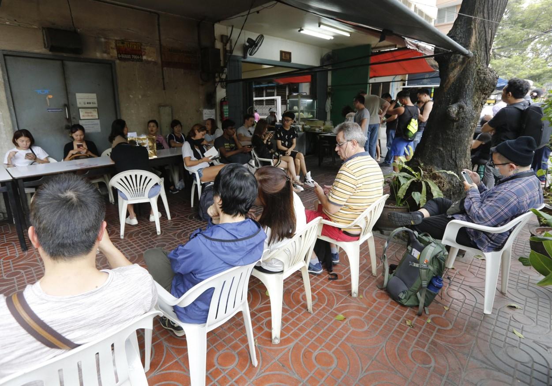 Persone in fila per mangiare al Raan Jay Fai