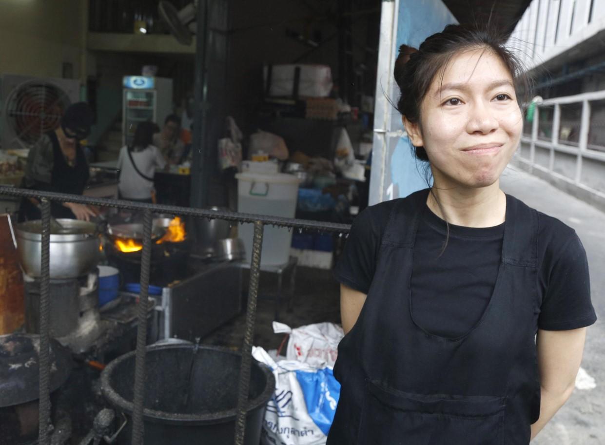 Yuwadee Chansuta, figlia di Supinya Chansuta e cameriera del Raan Jay Fai