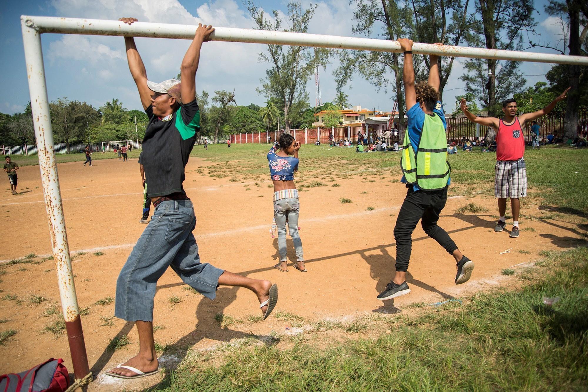 I migranti, arrivati da poco in Messico a Matias Romero, giocano e ricevono assistenza.