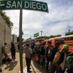 Un gruppo di persone in attesa in Messico