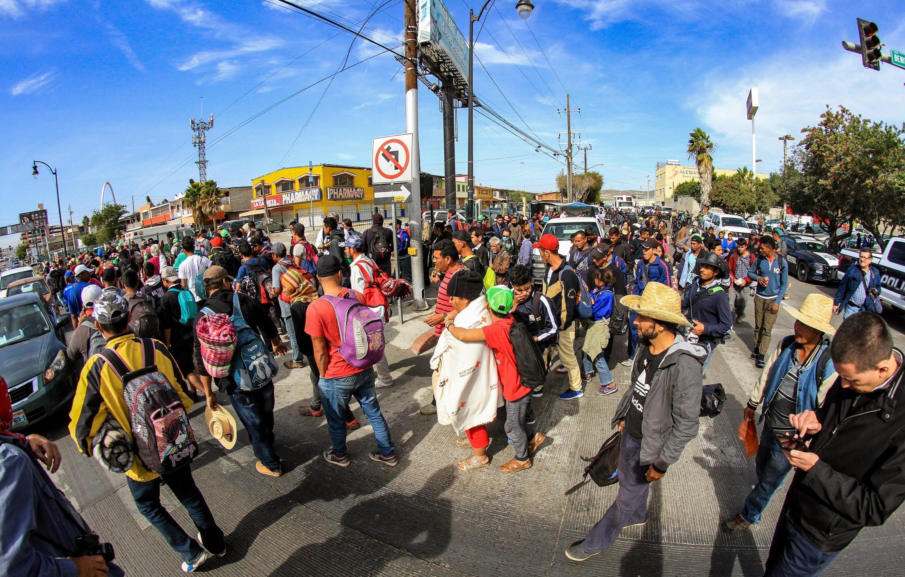 Dozzine di immigrati per le strade di Tijuana