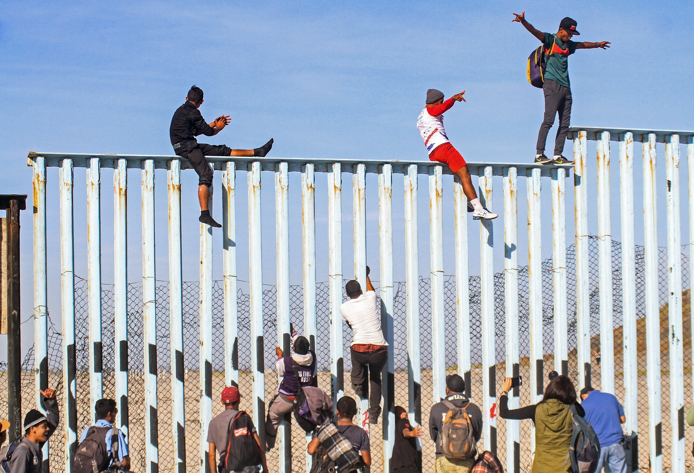 Alcuni hanno scavalcato il muro di confine a Tijuana
