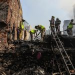 I pompieri indiani spengono l'incendio divampato oggi in una baraccopoli a Shashtri Nagar a Bandra (Mumbai)