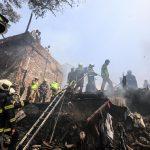 Le operazioni dei pompieri indiani per spegnere le fiamme che hanno distrutto circa 20 baraccopoli a Mumbai. Non è ancora chiara la causa dell'incendio