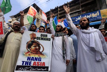 Manifestanti islamisti esibiscono cartelli contro Asia