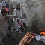 Roghi appiccati da manifestanti contro l'avvocato di Asia Bibi