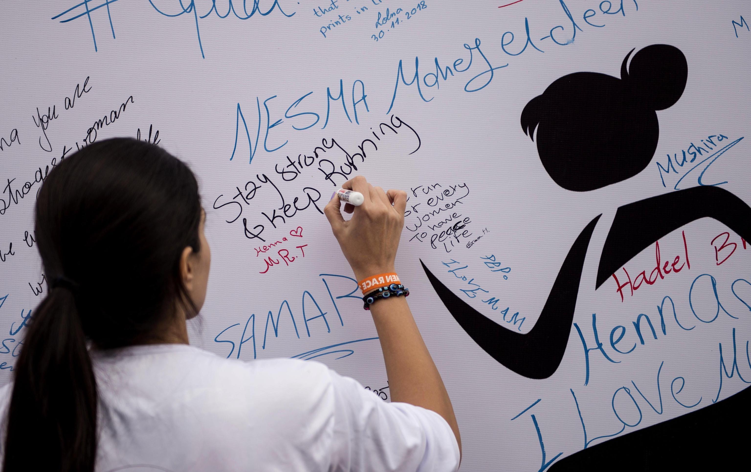 """""""Siate forti e continuate a correre!"""", uno dei tanti messaggi scritti sul muro."""