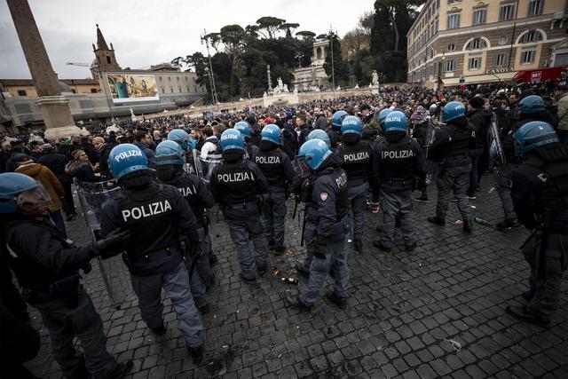 Le forze dell'ordine fronteggiano l'arrivo dei tifosi tedeschi