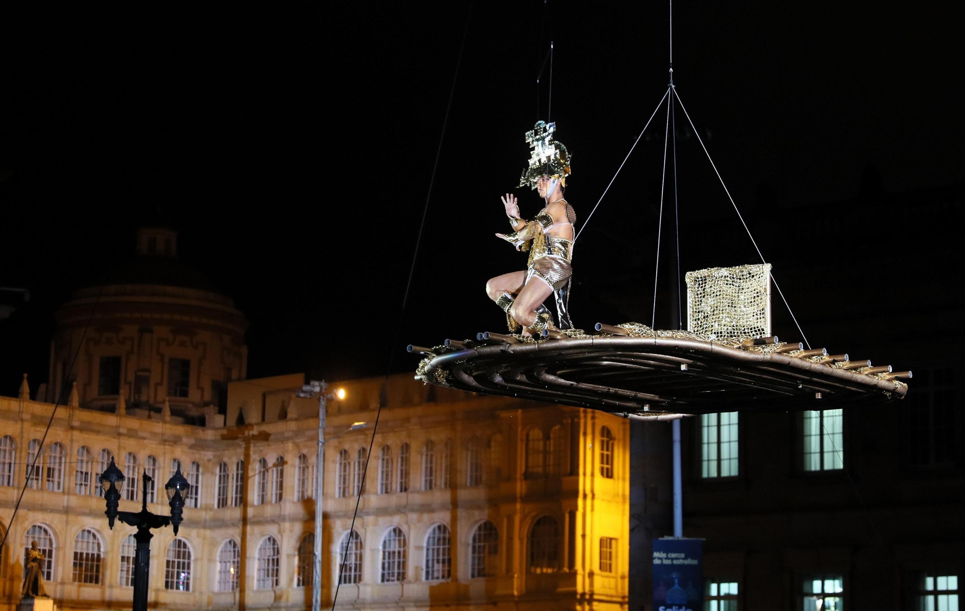 """Un artista si esibisce durante la presentazione di """"Mas cerca de las Estrella"""" della compagnia italiana """"Studio Festi"""" in Plaza de Bolìvar, a Bogotà"""