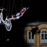 """In """"Plaza de Bolìvar"""", un artista durante la sua esibizione dello spettacolo pirotecnico natalizio"""
