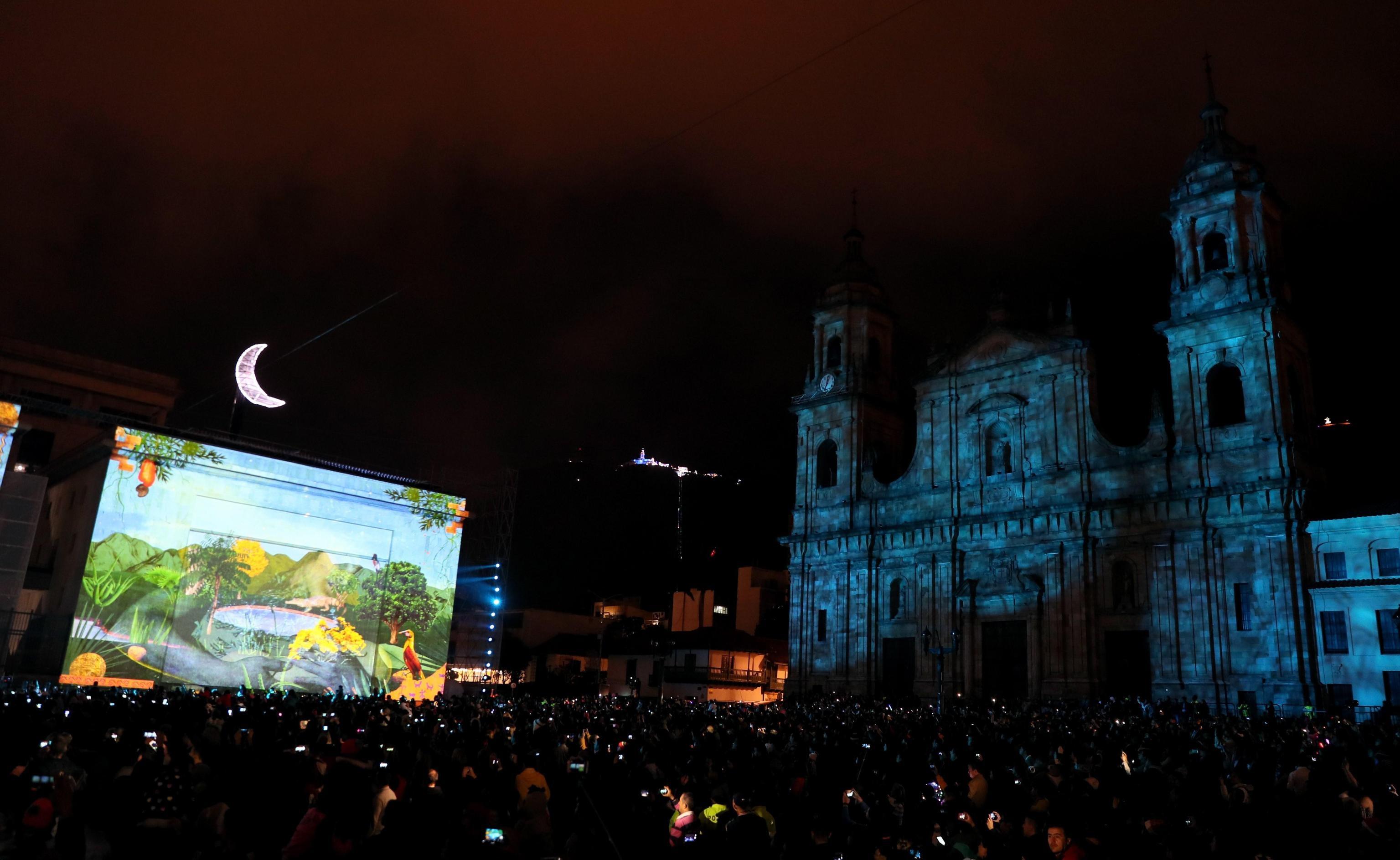 La folla in piazza che assiste a una proiezione durante lo spettacolo