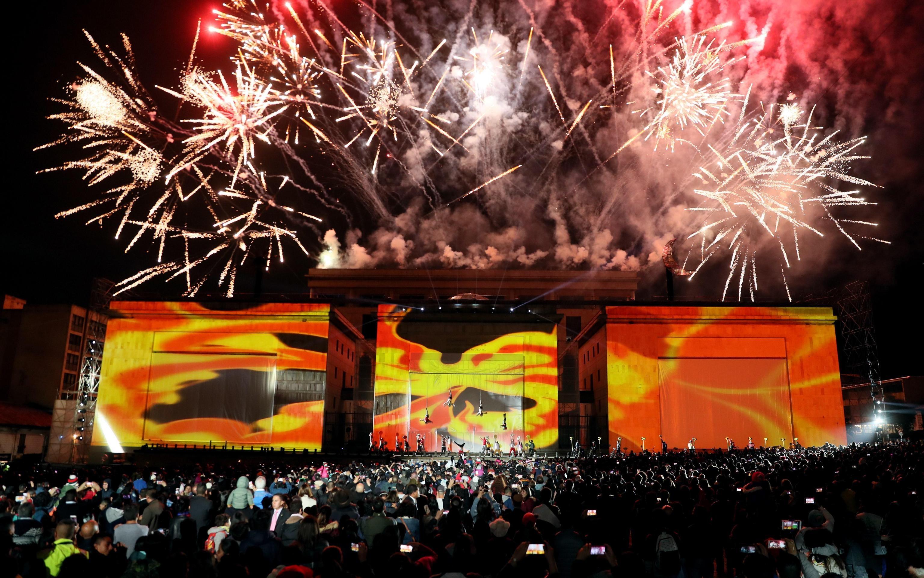 Giochi pirotecnici in Plaza de Bolìvar durante lo spettacolo della compagnia italiana Studio Festi
