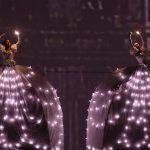 In scena le luci, altra caratteristica predominante della performance degli artisti della compagnia italiana in piazza a Bogotà