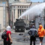 Le forze dell'ordine utilizzano idranti contro i manifestanti