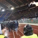 I disagi proseguono anche all'interno del settore riservato ai tifosi dell'Eintracht. La polizia si schiera per evitare invasioni di campo