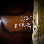 """La frase """"Don't disturb"""" all'interno dello stabile sgomberato oggi a Roma"""