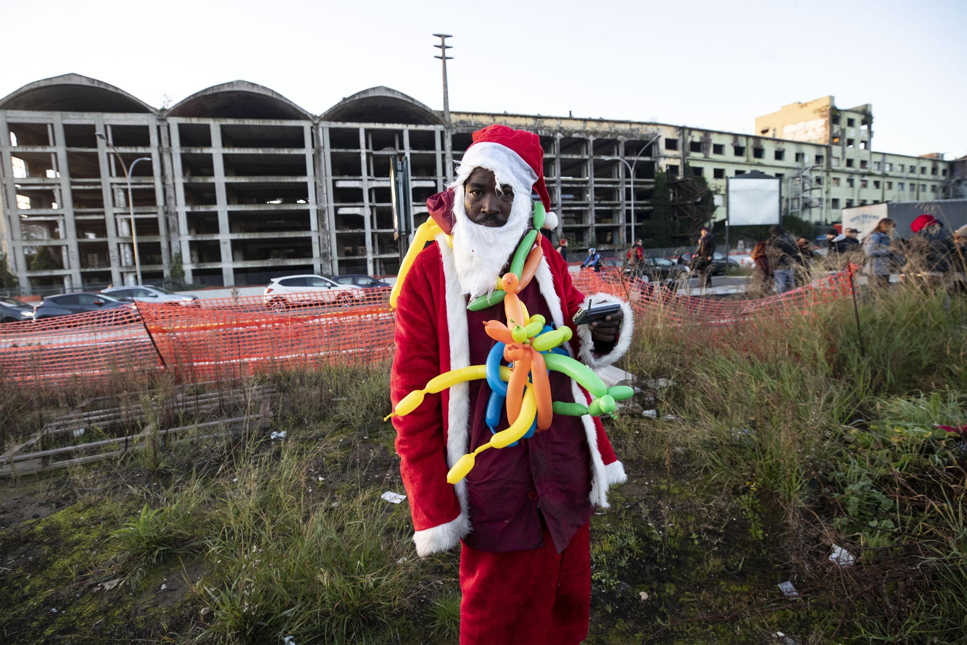 Un abitante vestito da Babbo Natale, presente nei pressi dell'ex fabbrica di penicillina sgomberata a Roma