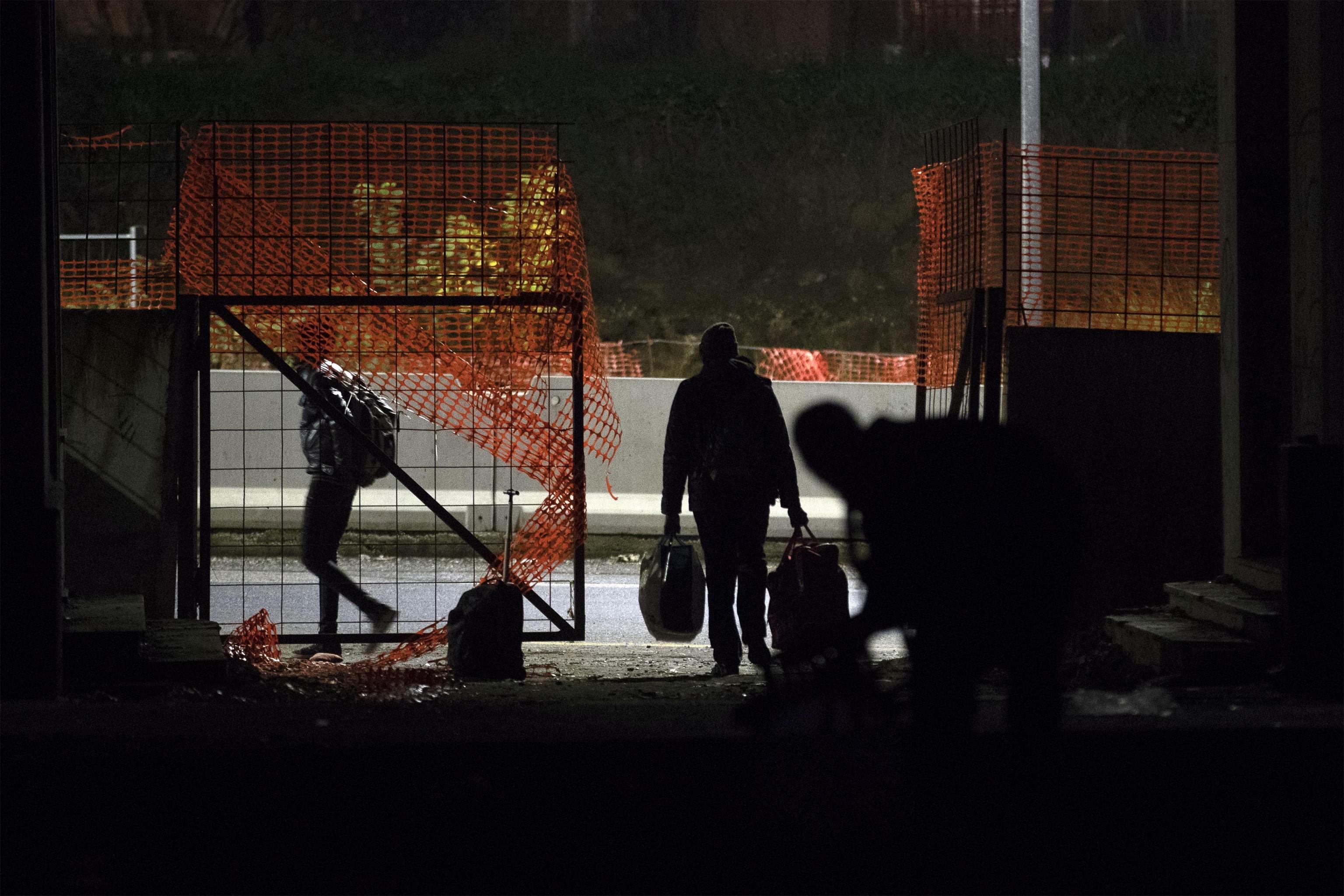 Un occupante si allontana con un trolley, prima dello sgombero dello stabile di via Tiburtina