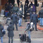 Un momento dello sgombero di via Tiburtina. Al centro della foto Franco e i suoi cani, tra gli sgomberati
