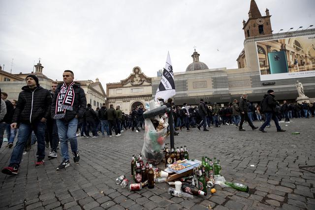 Emerge una bandiera dell'Eintracht su un sacchetto dell'immondizia. Diventa il simbolo della conquista di Piazza del Popolo