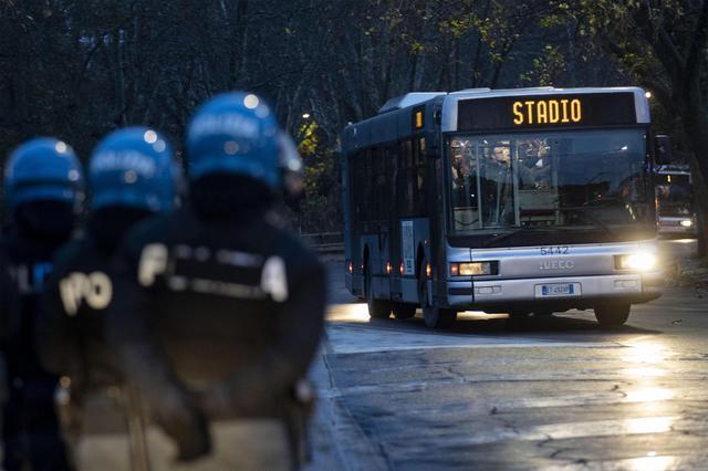 I tifosi tedeschi giungono allo stadio dopo i disagi causati nel pomeriggio. La polizia attende l'apertura delle porte dell'autobus