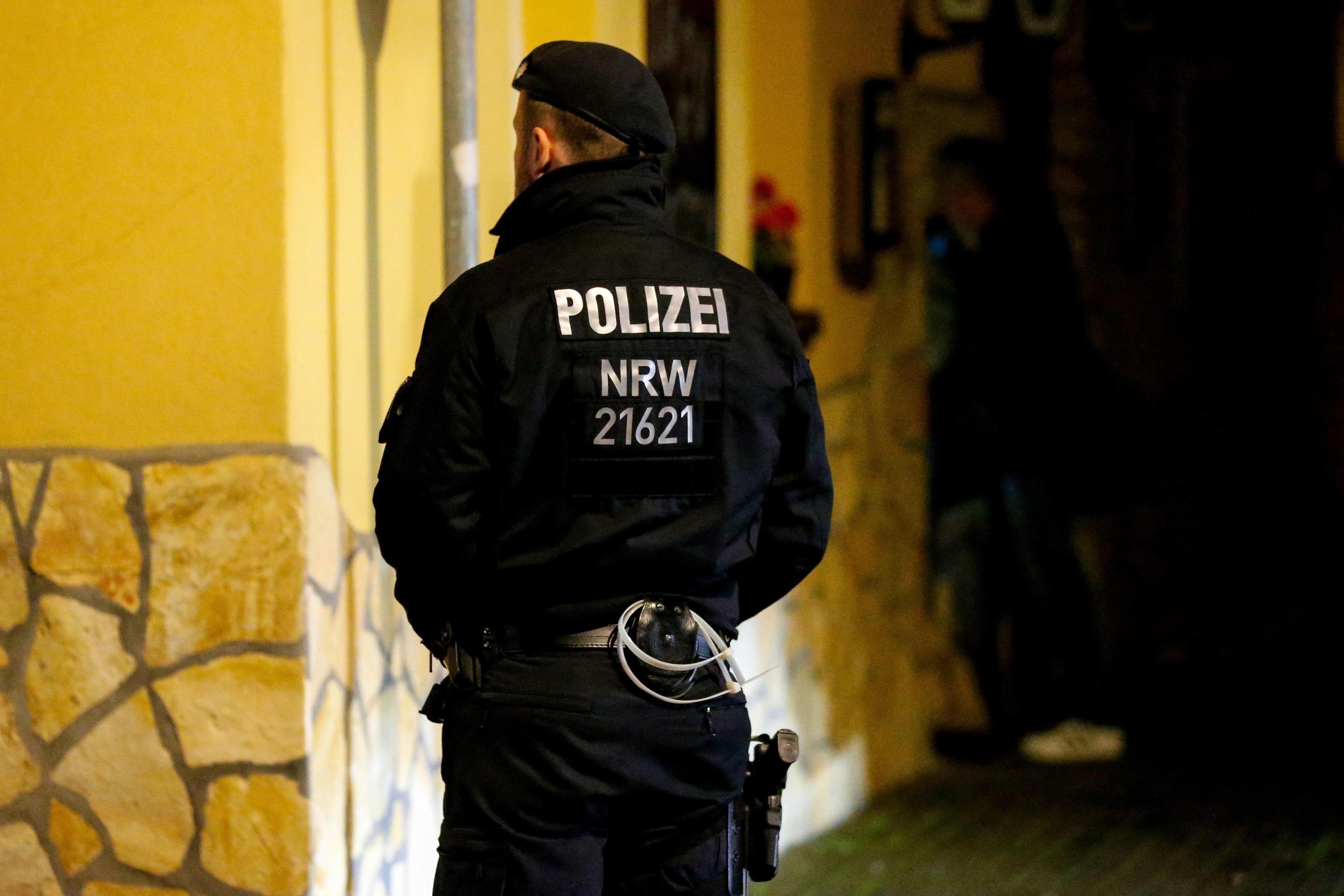 Un ufficiale di polizia tedesco fuori dal ristorante italiano a Pulheim in Germania