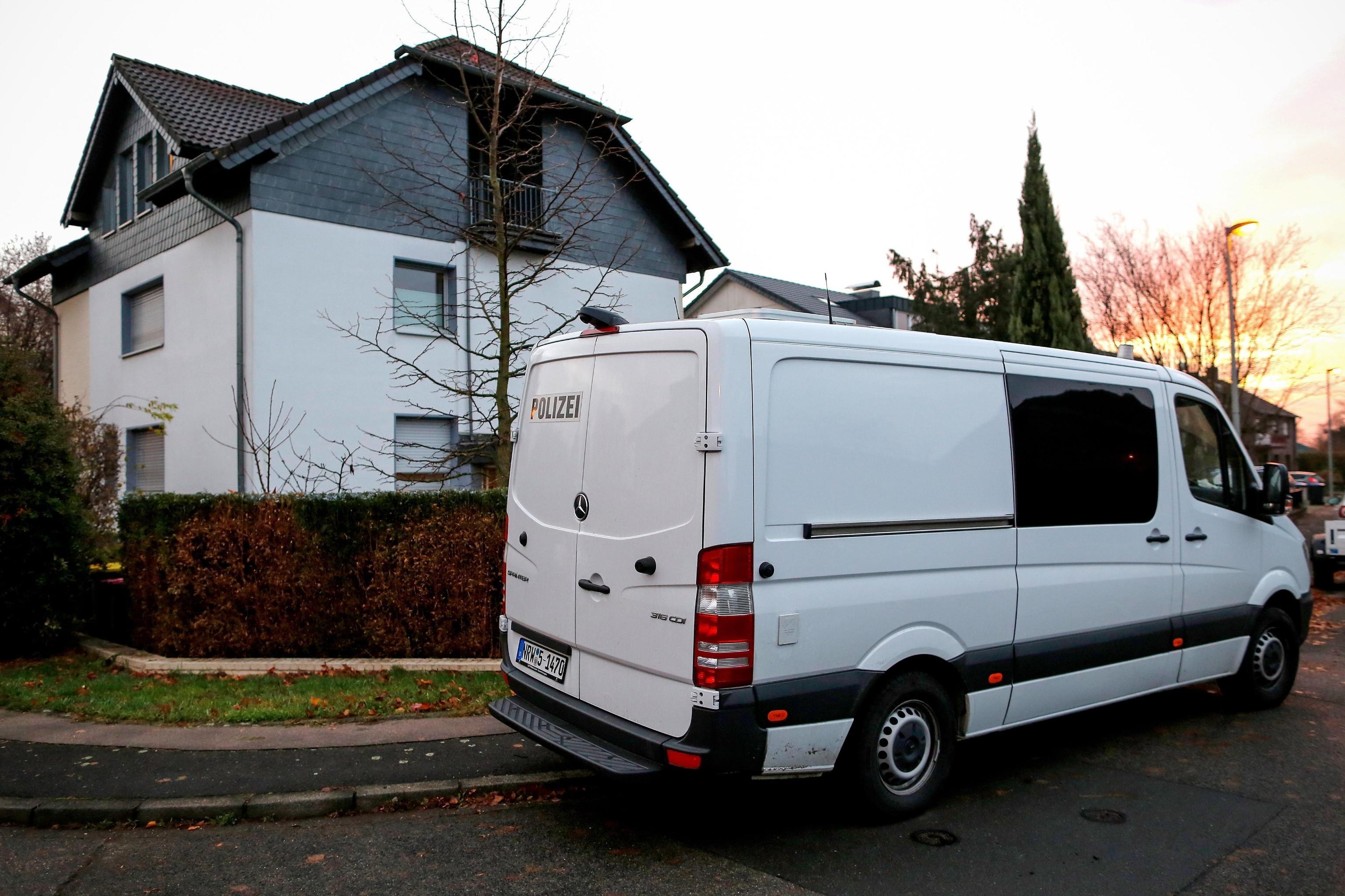 Un furgone della polizia tedesca fuori dall'abitazione oggetto di indagine