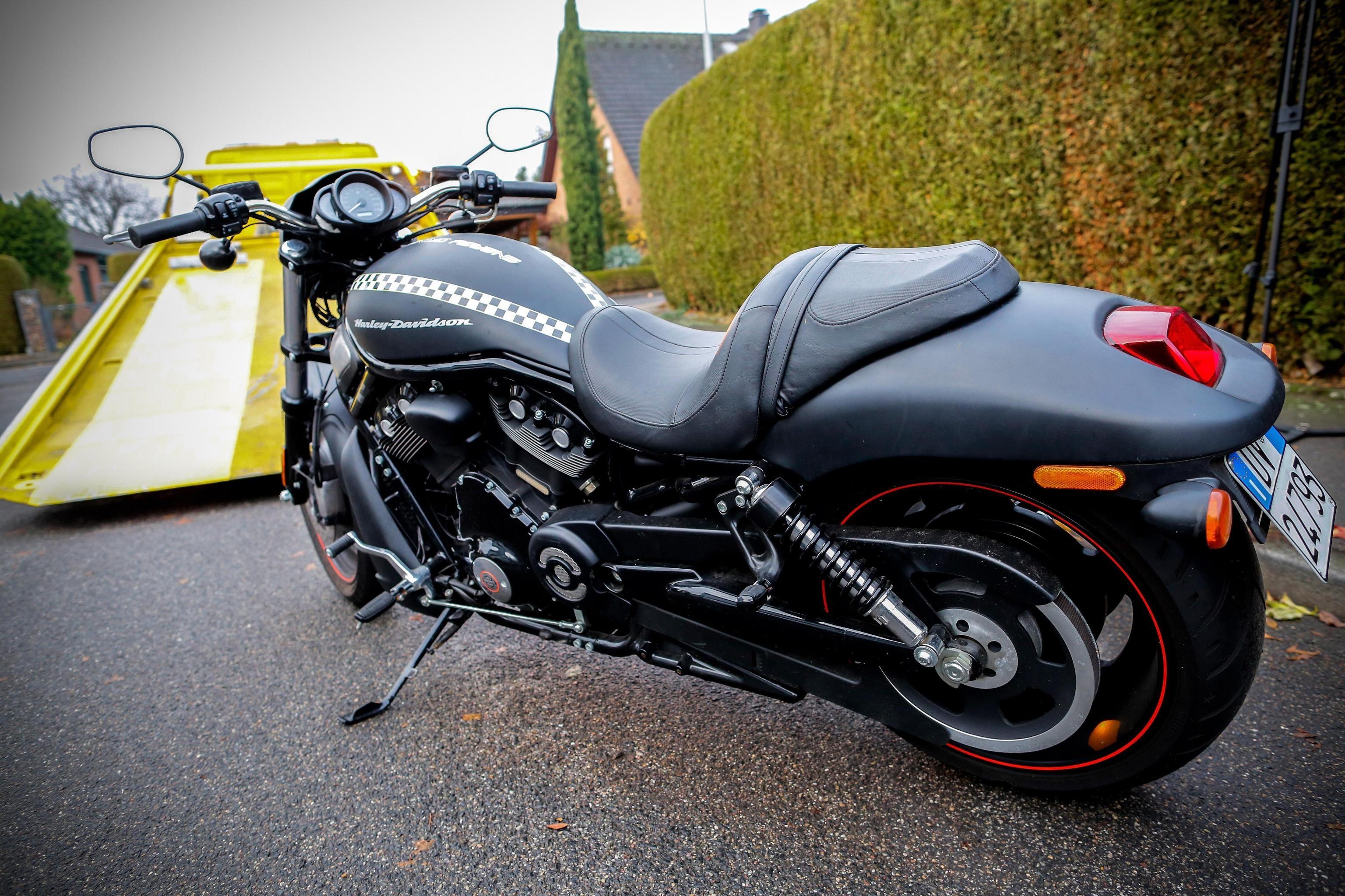 Una motocicletta confiscata dalla polizia tedesca durante il raid a Pulheim