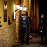 Ufficiali di polizia all'entrata del ristorante
