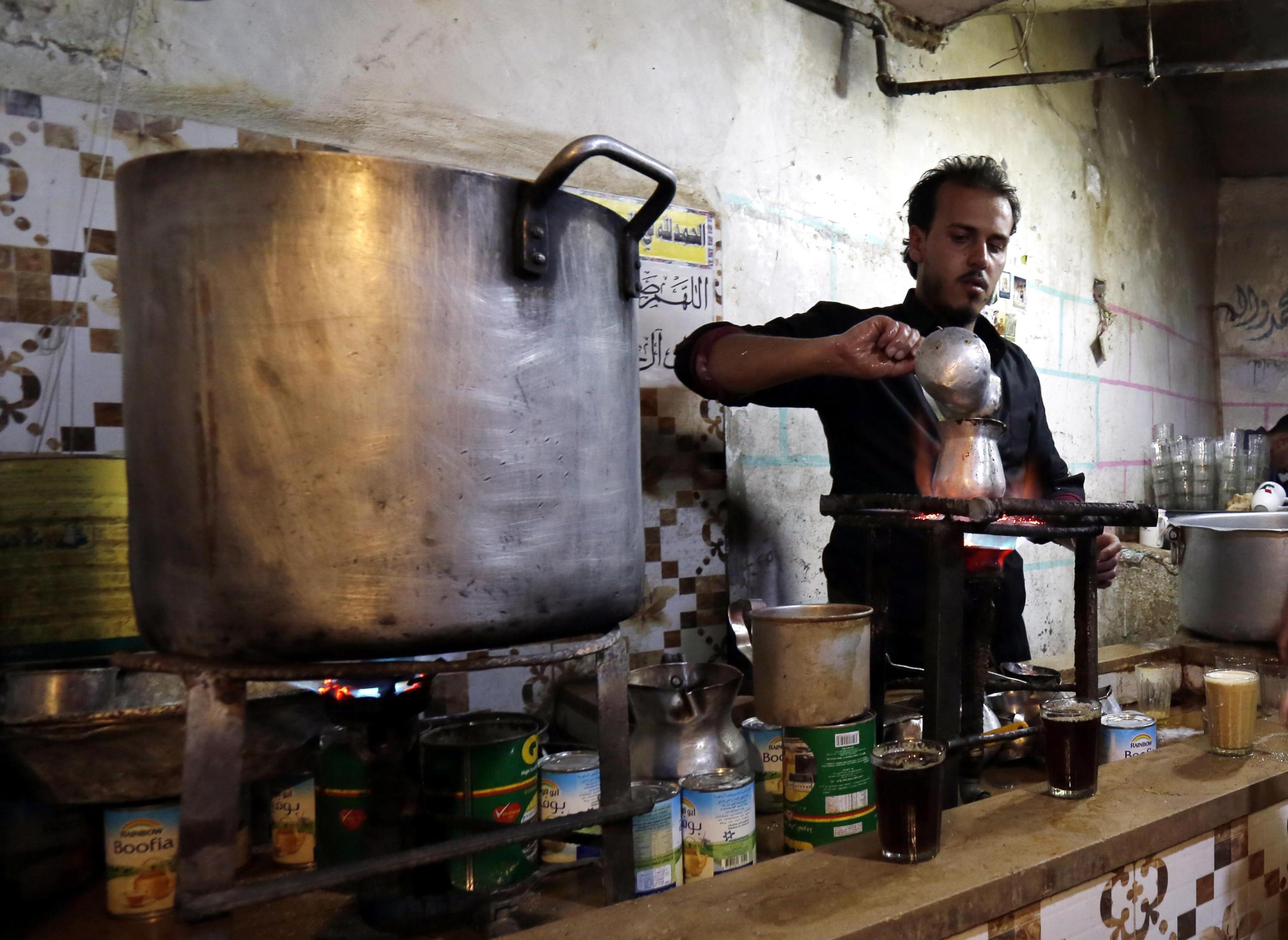 Si prepara il tè in uno dei popolari caffè di Sana'a.