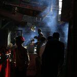 In fila per un kebab. I cittadini di Sana'a aspettano il loro turno al mercato, in una delle città abitate più antiche del mondo