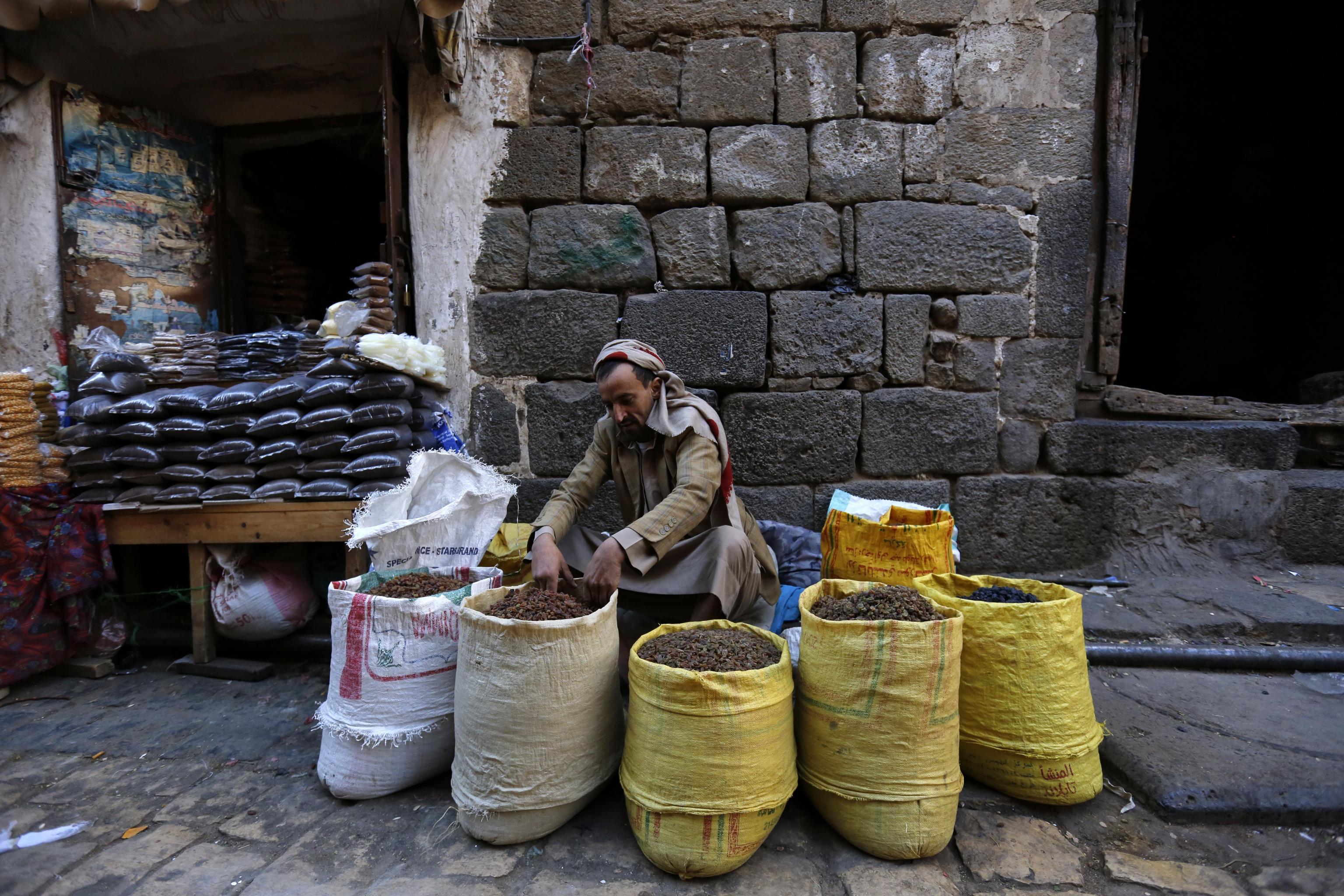 Un commerciante prepara la sua merce in attesa dei clienti.