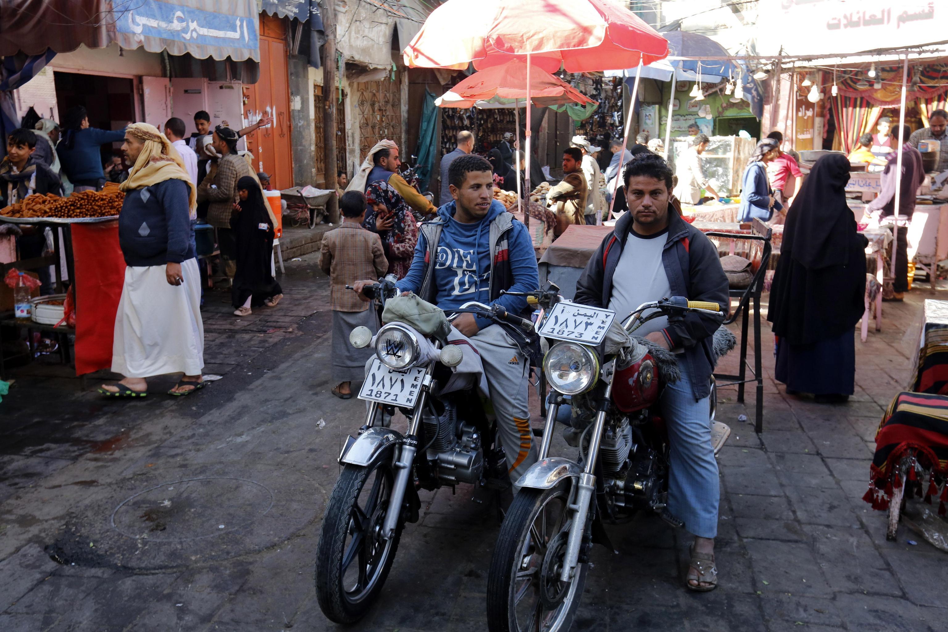 Tassisti sullo scooter aspettano clienti per la loro prossima corsa.