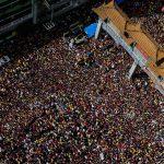 Innumerevoli fedeli all'ingresso del quartiere Chinatown di Manila