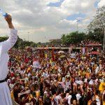 Un prete cattolico lancia l'acqua santa ai fedeli