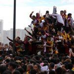 """Numerose persone si aggrappano alla croce del """"Nazareno"""""""