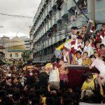 I credenti attraversano le strade di Manila