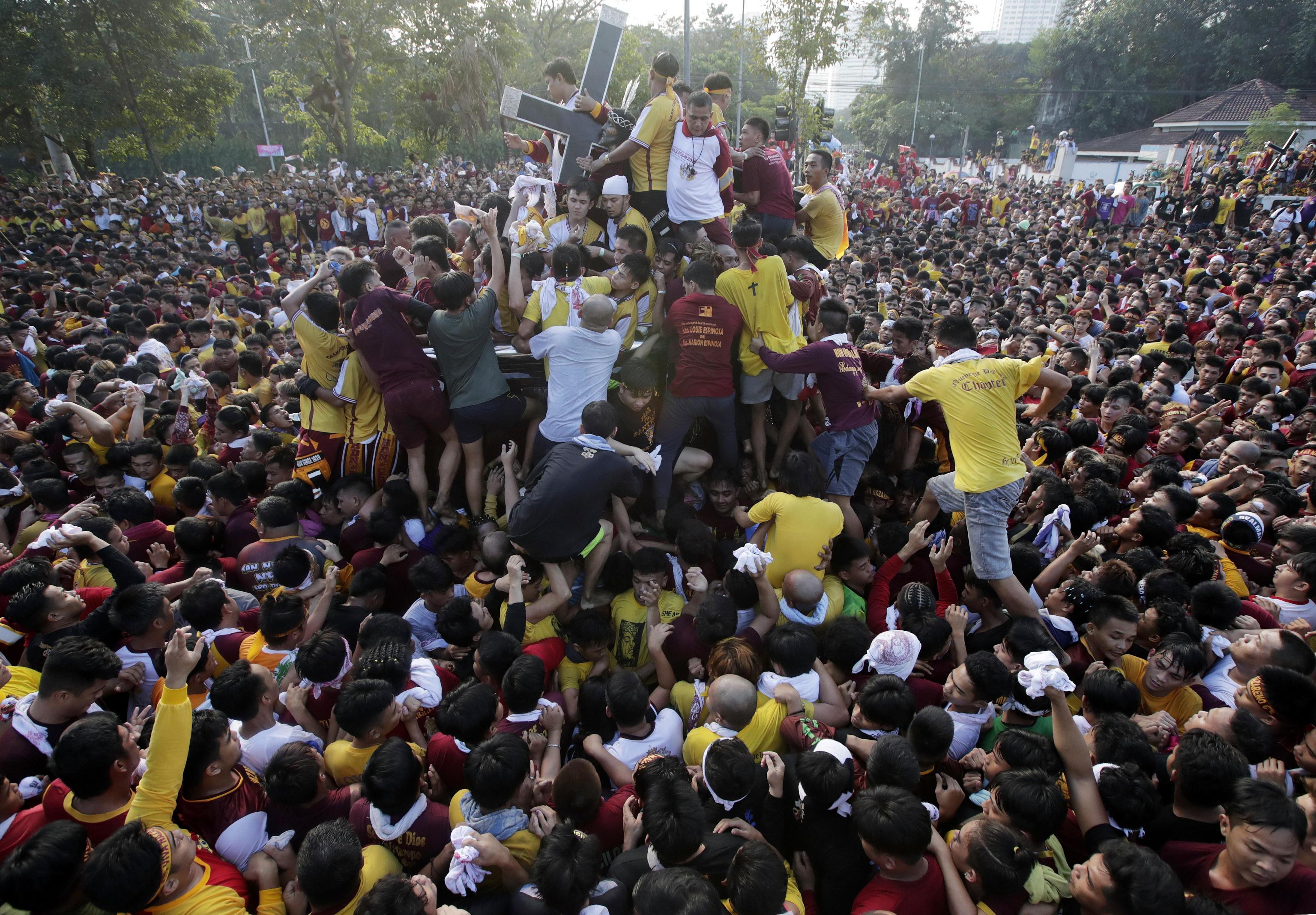 Una grande folla attorno alla croce