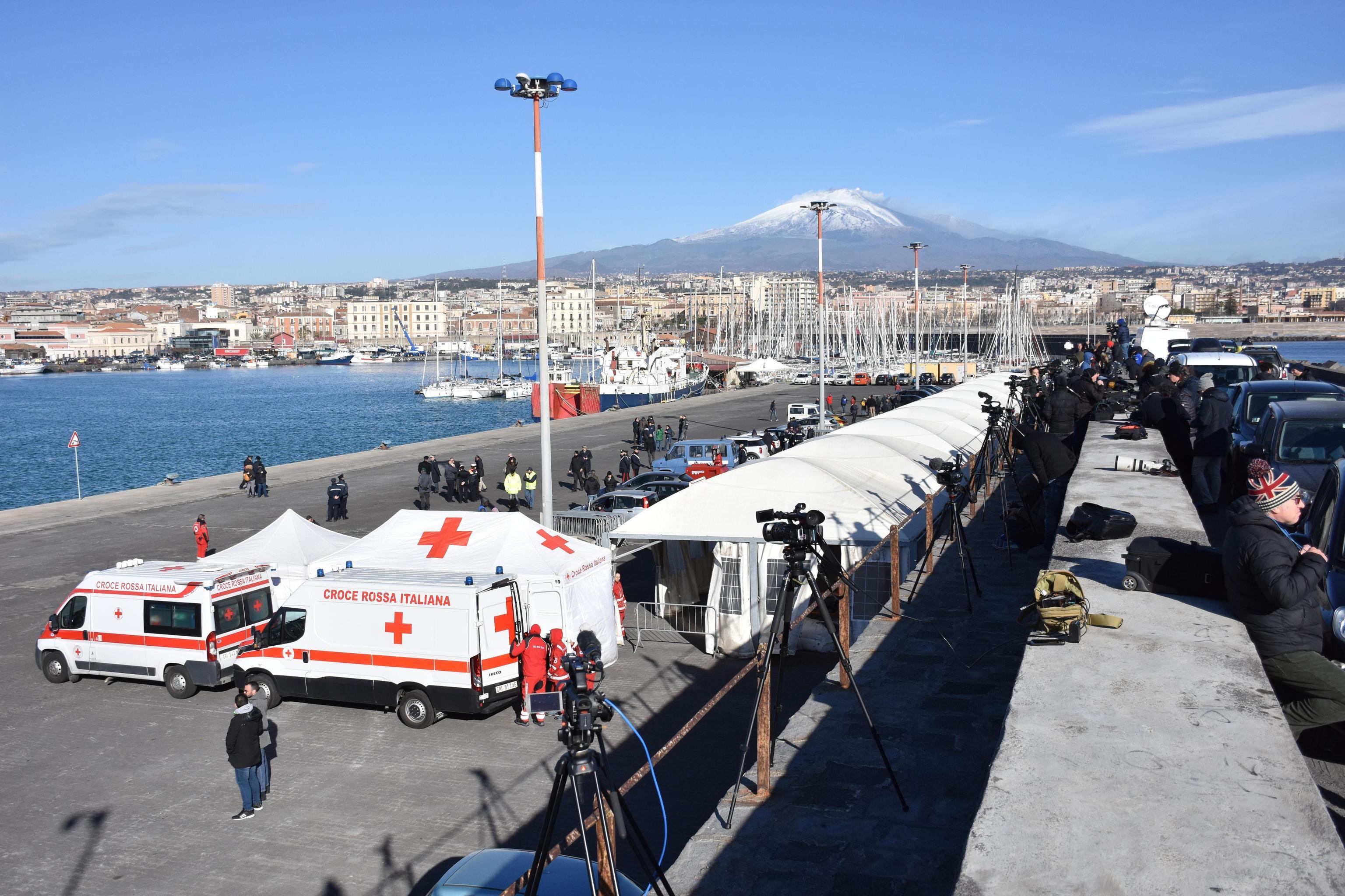 L'attesa per l'arrivo della Sea Watch al molo di Levante. Sul posto la Croce Rossa