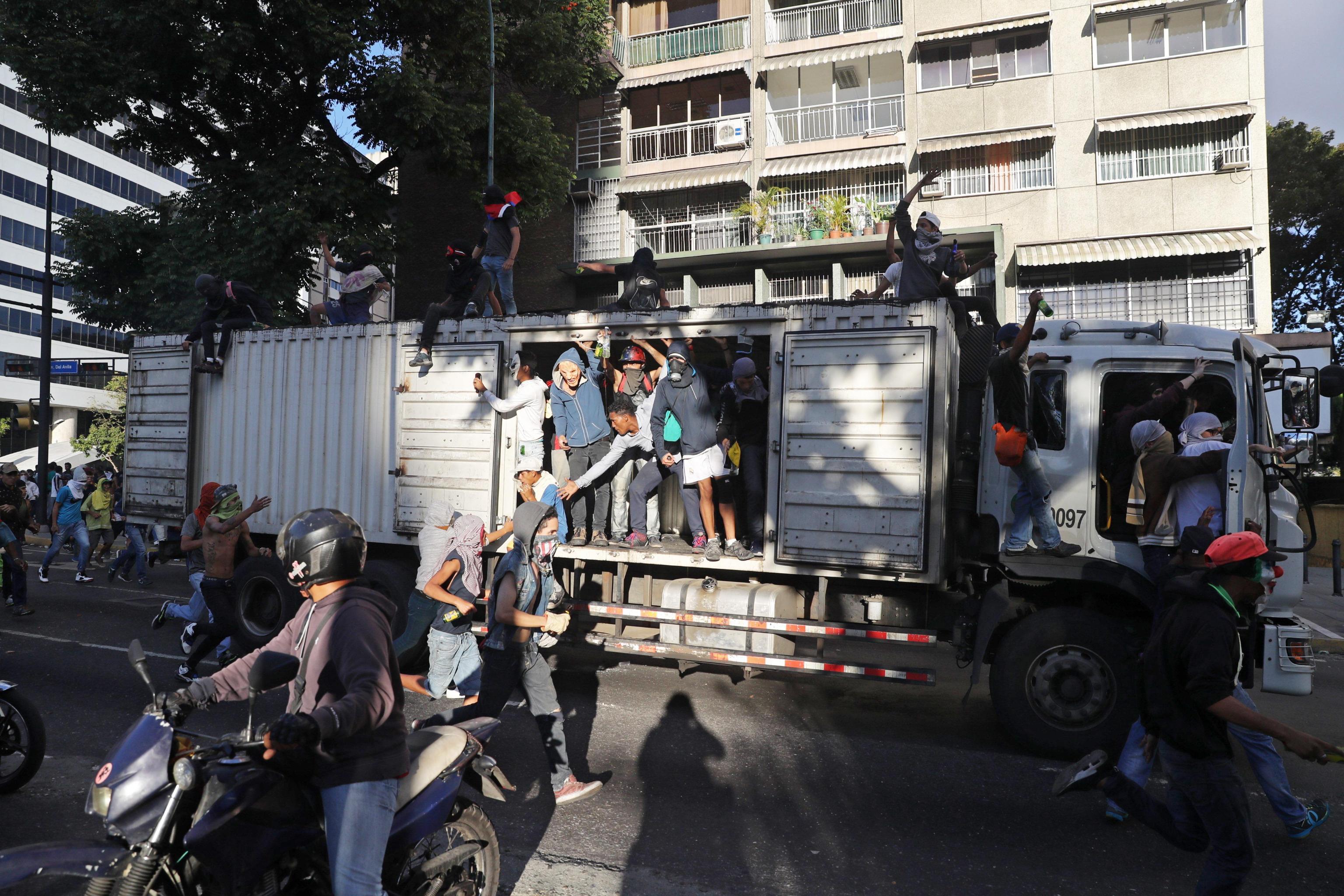 Dimostranti a Caracas, subito dopo le dichiarazioni di Guaidò