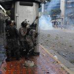 La Polizia Nazionale prende posizione durante una protesta, a Caracas