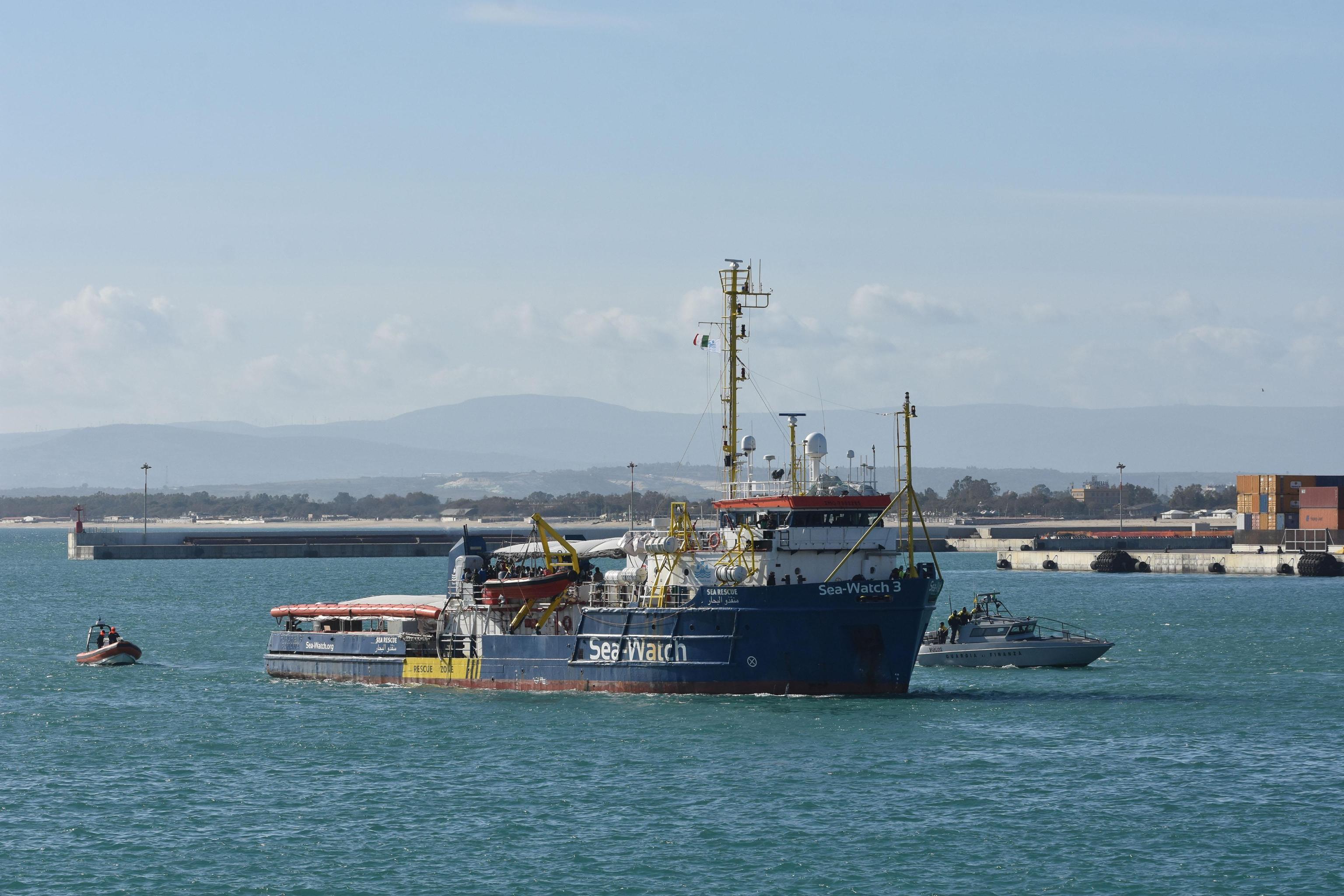 La Sea Watch solca le acque del porto siciliano. Si intravedono i quarantasette migranti a bordo della nave