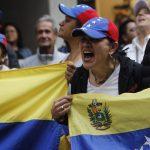 Manifestanti festeggiano Guaidò all'ambasciata venezuelana in Messico