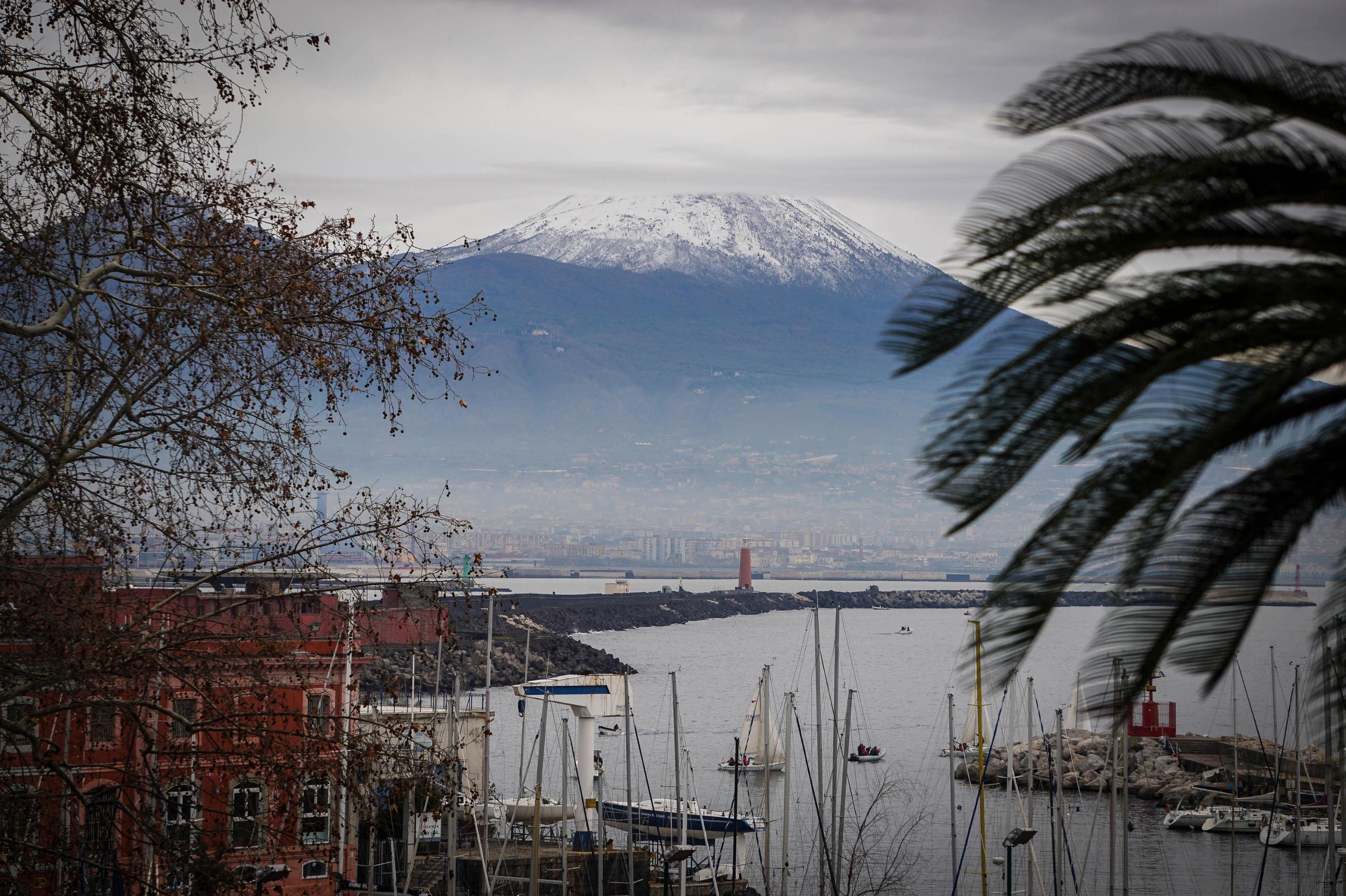 Neve sul Vesuvio e basse temperature nel Napoletano