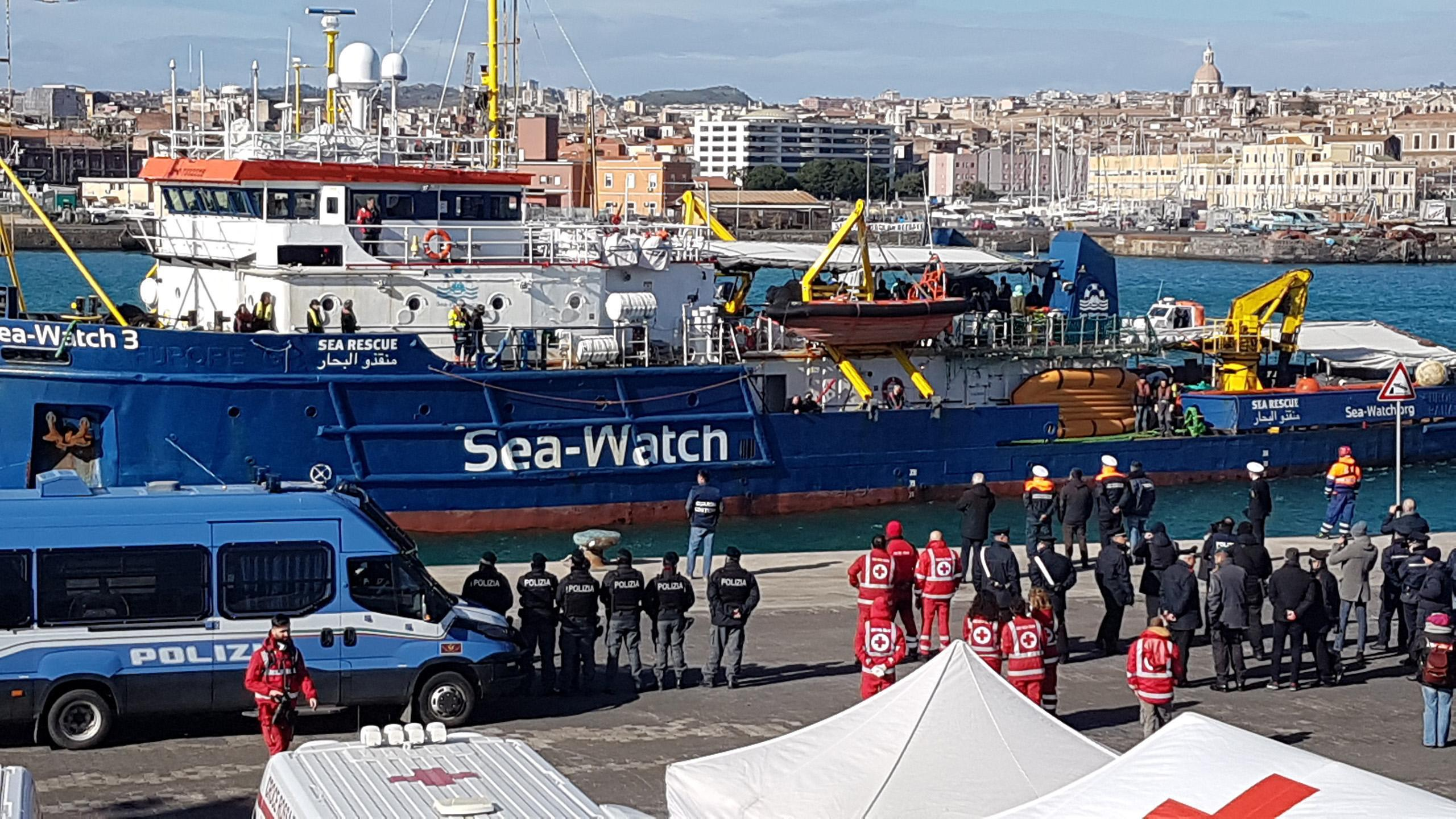 La Sea Watch attracca al porto di Levante dopo il lungo peregrinare