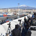 I fotografi e i giornalisti si preparano a immortalare l'arrivo a Catania della nave