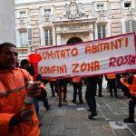 Gli abitanti che vivono ai limiti della zona rossa del Ponte Morandi di Genova hanno manifestato davanti al Comune